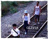 Fin, Olivia et Jon marchent à la queue leu leu sur une voie désaffectée